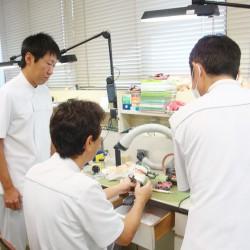 院内技工室にて歯科技工士が常勤しています。